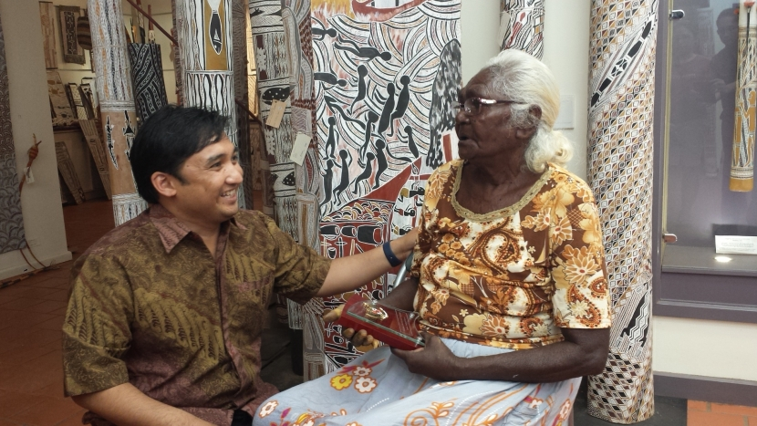 Indonesian Consul from Darwin, Andre Omar Siregar with Yolngu people with Maccasan descendant, Dhuwarrwarr Marlika