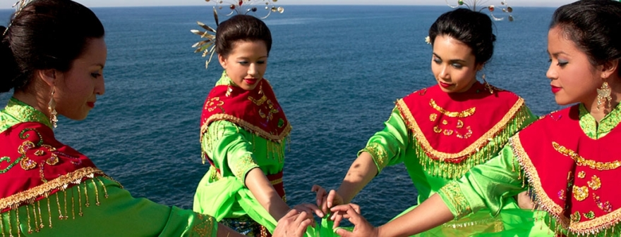 Suara Indonesia Dancers by the sea